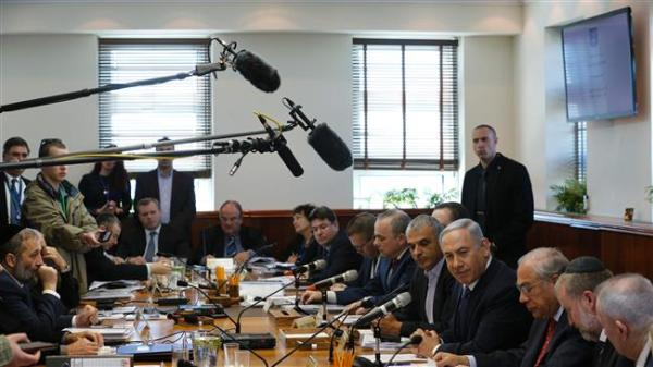 Israeli Prime Minister Benjamin Netanyahu (C) chairs the weekly cabinet meeting on January 31, 2016. (AFP photo)